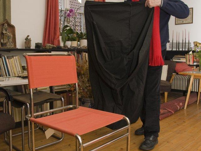 Herr Bruchhäuser enthüllt das Überraschungsgeschenk , den Breuer-Stuhl B40
